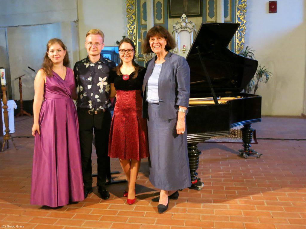 Die künstlerische Leiterin Audra Juodeškienė des Kintai Music Festivals mit den Musikern Yulia Rodimovay, Konrad Levicki und Lauryna Lankytytė.